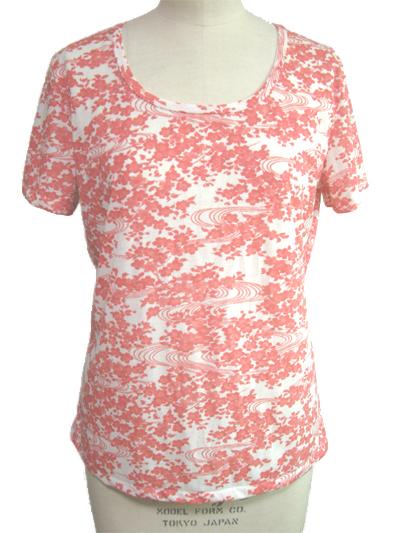 コットン100%の花柄プリントの半袖Tシャツ